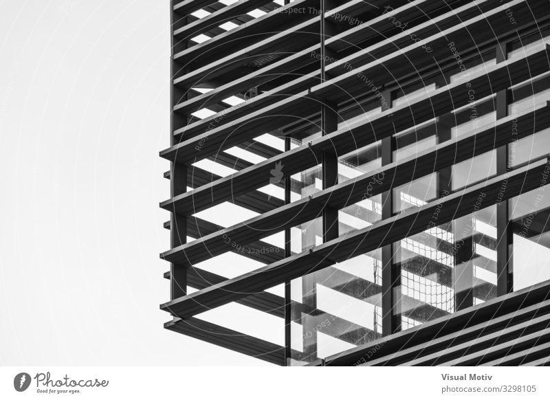 Architektonisch dekorative Struktur an einer Ecke eines Wohngebäudes - Schwarz-Weiß Hauptstadt Bauwerk Gebäude Architektur Fassade Beton Glas Metall Stahl
