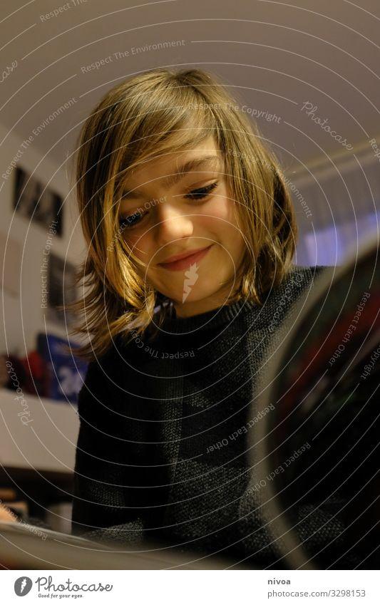 Junge liest ein Comic Jungen Fröhlichkeit Kind Kindheit Porträt maskulin Glück Blick Lifestyle Farbfoto Lächeln Freude Mensch Spielen Außenaufnahme Tag niedlich