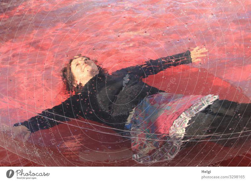 eine Frau liegt entspannt in einer großen Plastikkugel im Wasser Mensch feminin Erwachsene 1 45-60 Jahre T-Shirt Rock brünett Bubble Kunststoff Kugel genießen