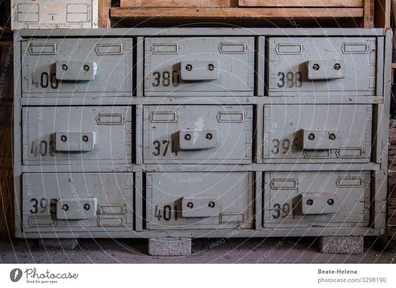 Ordnung ist (nur) das halbe Leben Lifestyle Innenarchitektur Möbel Arbeitsplatz Schublade Ablage Schrank Ziffern & Zahlen wählen gebrauchen entdecken