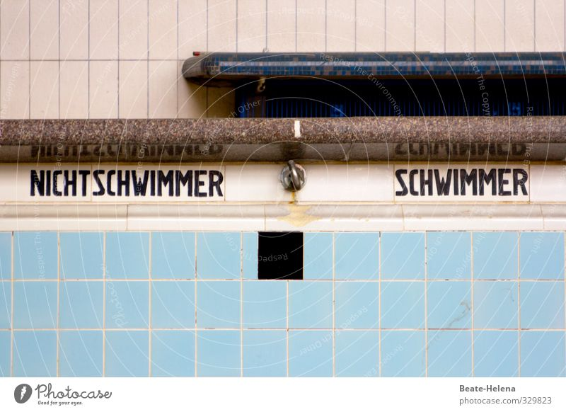 Geteilte Gesellschaft blau alt Stadt weiß schwarz Wand Gefühle Senior Mauer Gebäude Schwimmen & Baden Stein außergewöhnlich braun Freizeit & Hobby dreckig