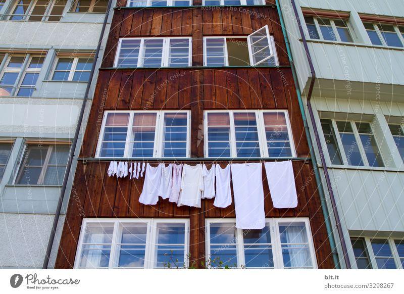 Wer hängt heut seine Wäsche raus, vor unser ehrenwertes Haus, schimpft die Hausfassade in braun-weiß, durch geschlossene Scheiben, laut nicht leis. Ein Fenster öffnet sich ganz weit, für Duft von Waschmittel ist es bereit, gern und  jederzeit.