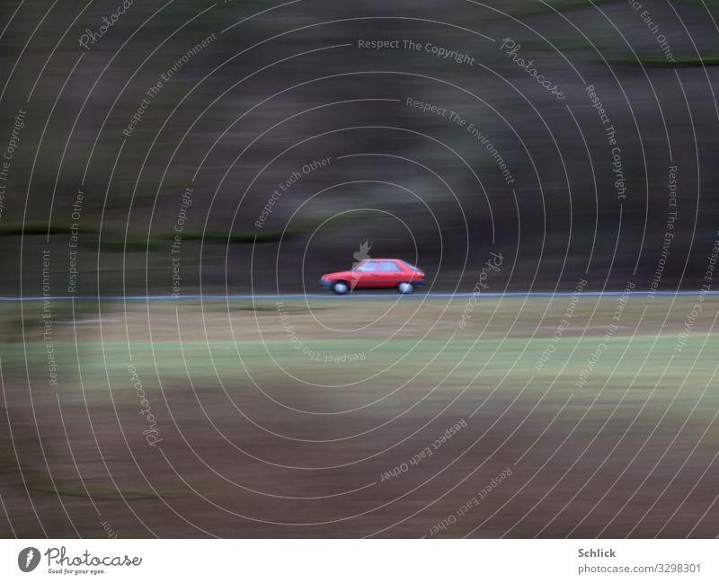 PKW Verkehr Verkehrsmittel Personenverkehr Autofahren Straße Fahrzeug braun grau grün rot Bewegung Waldrand Unschärfe klein eins Zentrum zentriert Farbfoto
