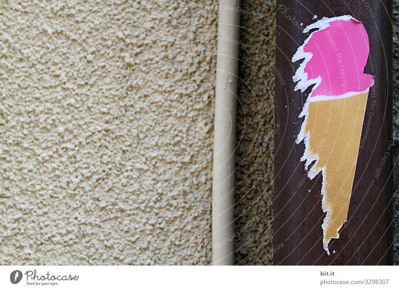 Lustiger, selbstgemachter Aufkleber in Form von Eis mit Eiskugel in pink und Eiswaffel, klebt kunstvoll, als Aufkleber aus Papier, an einer Regenrinne an beiger Wand aus Stein, in der Stadt und lädt zum Eisessen ein.