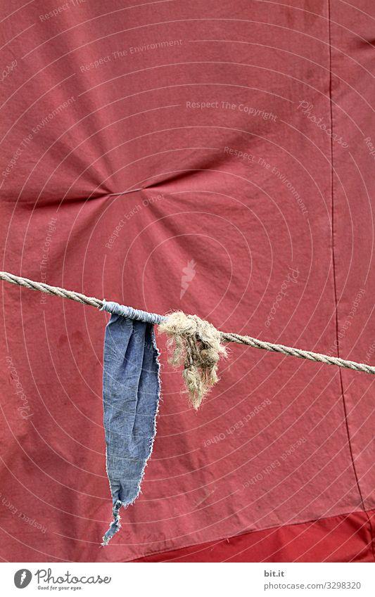 Blaue Fahne, Wimpel, Flagge hängt am Seil, Schnur mit Knoten, vor Zeltplane in Rot, mit zusammen gezogenem Stoff, zur Falte, bei einer Veranstaltung. Plane Band