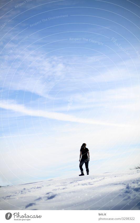 Auf dem Berg Frau Mensch Himmel Natur Jugendliche Junge Frau Landschaft Freude Winter Berge u. Gebirge Erwachsene Umwelt kalt feminin Schnee Sport