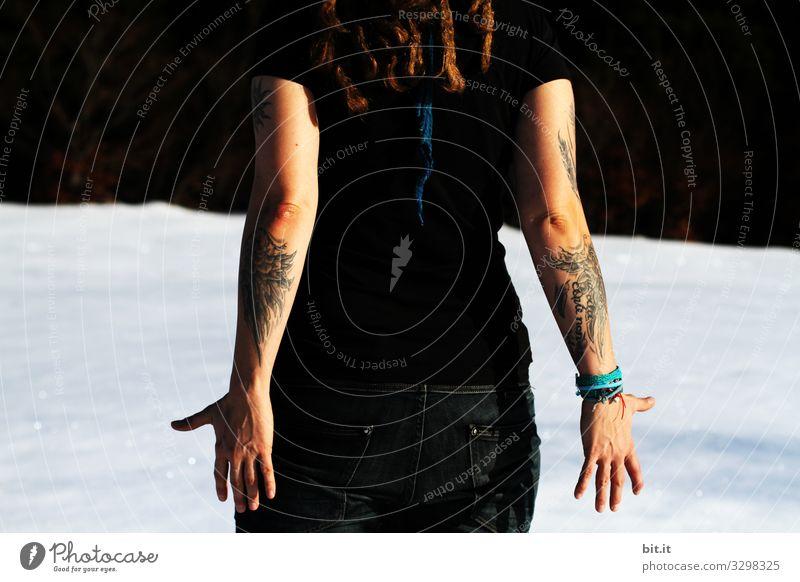 Hautsache l Tätowierungen Mensch feminin Junge Frau Jugendliche Erwachsene Arme Hand Umwelt Natur Winter Schnee Freude Glück Zufriedenheit tätowiert Tattoo