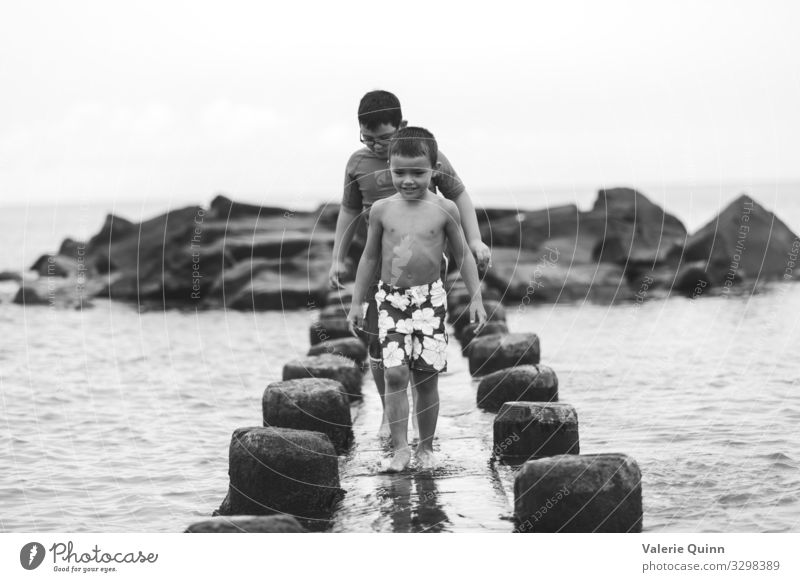 Strandforscher Kind Junge 2 Mensch 3-8 Jahre Kindheit 8-13 Jahre Sand Wasser Badehose Stein natürlich Abenteuer Ferien & Urlaub & Reisen Freizeit & Hobby
