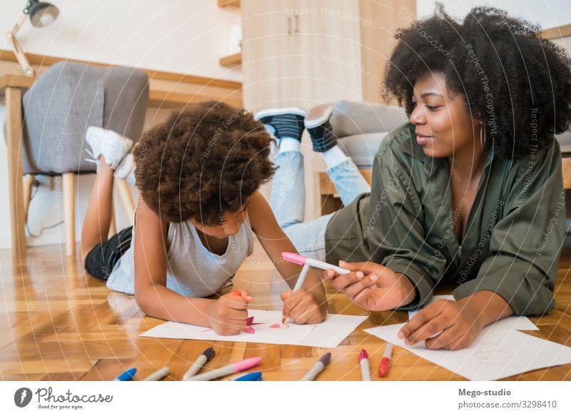 Mutter und Sohn zeichnen mit Buntstiften auf dem Boden. Freude Glück Wohnzimmer Kind Schule Junge Frau Erwachsene Eltern Familie & Verwandtschaft Kindheit Hand