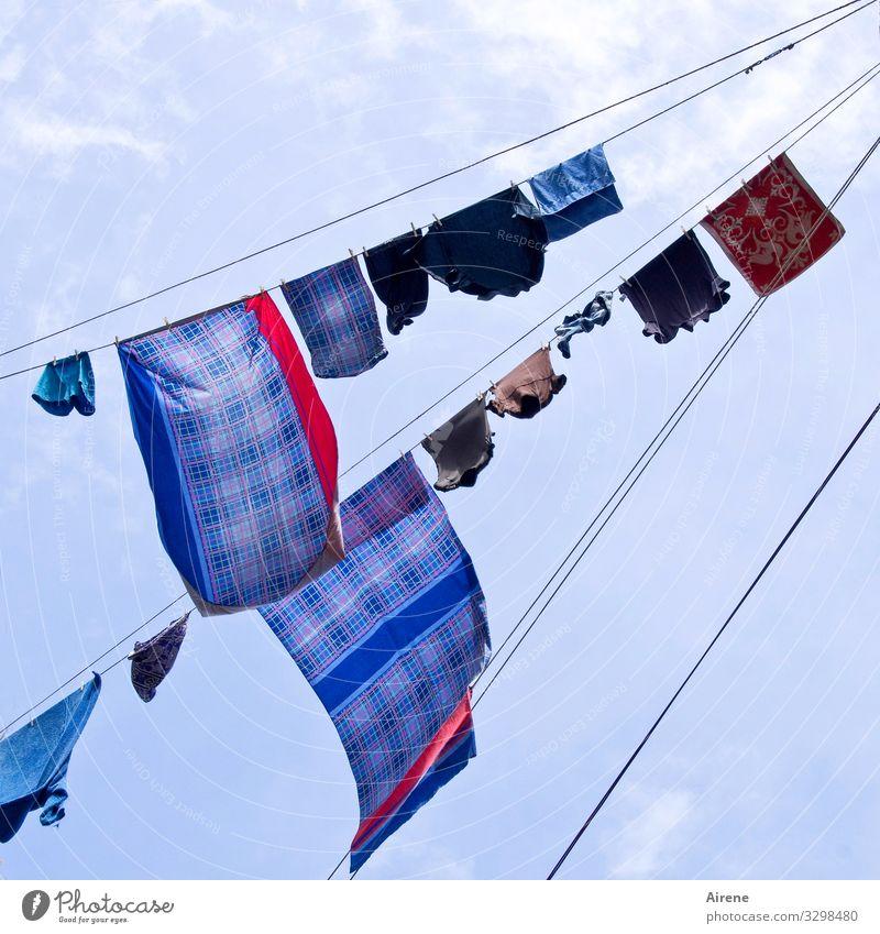 Bettenwechsel Häusliches Leben Wäscheleine Wäsche waschen Bettwäsche Himmel nur Himmel Schönes Wetter Wind Neapel hängen Duft oben trocken blau mehrfarbig