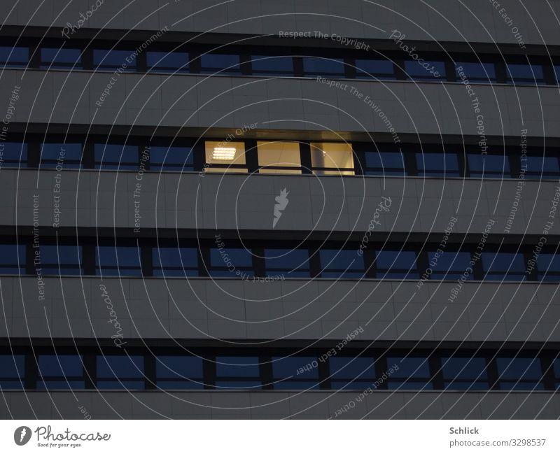 Büroarbeit Beleuchtung Neonröhre Kunstlicht Menschenleer Hochhaus Fenster Arbeit & Erwerbstätigkeit blau gelb schwarz Einsamkeit Stadt Bürogebäude detail
