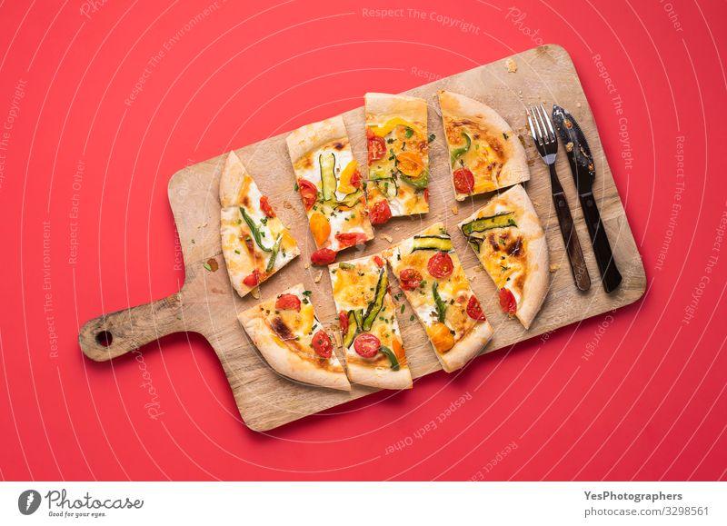 Geschnittene Pizza Primavera auf Holzbrettchen. Frühlings-Pizza Gemüse Abendessen Italienische Küche Besteck Gesunde Ernährung frisch lecker Tradition