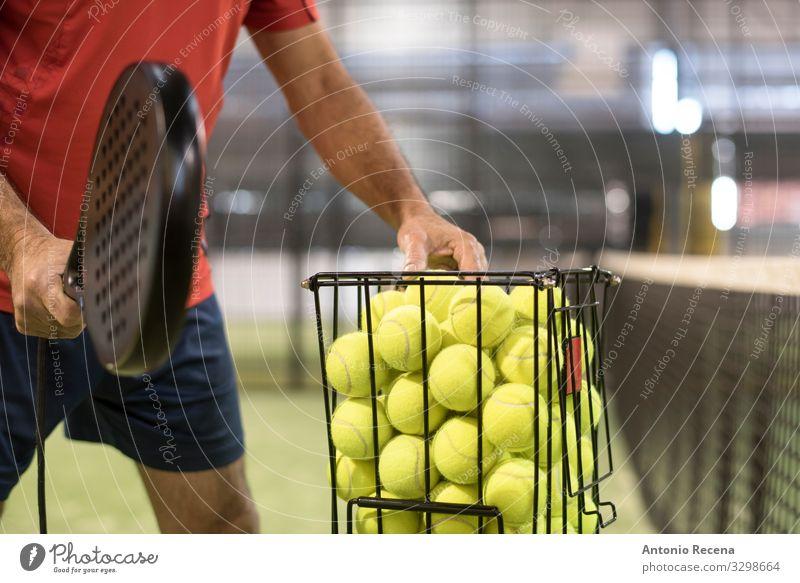 Der Lehrer Spielen Sport Ball Mann Erwachsene Hand stehen Padel Paddeltennis Schulklasse Training Netz Remmidemmi Paddel-Tennis Aktion Werfen Spieler üben