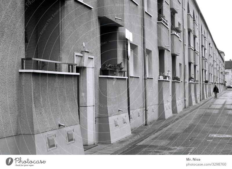 Stadtlandschaft Haus Fenster Straße Architektur Wege & Pfade Fassade Tür trist Bürgersteig Balkon Nachbar Gegend Stadtteil Wohngebiet Wohnsiedlung