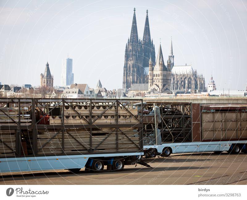 Köln Jahrmarkt Himmel Kirche Dom Sehenswürdigkeit Wahrzeichen Kölner Dom Lastwagen Anhänger authentisch positiv erleben Religion & Glaube Kultur Tradition