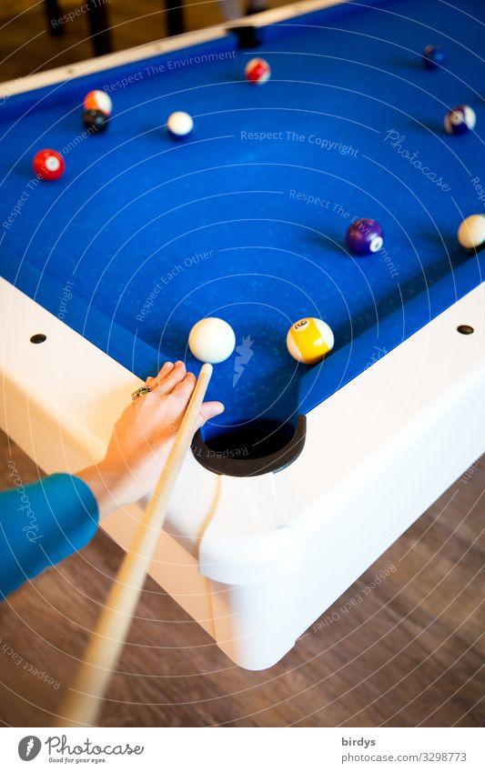 Pool Billard Freizeit & Hobby Spielen 1 Mensch Billardkugel Billardtisch Poolbillard authentisch positiv blau weiß Freude Zusammensein Entschlossenheit Farbe