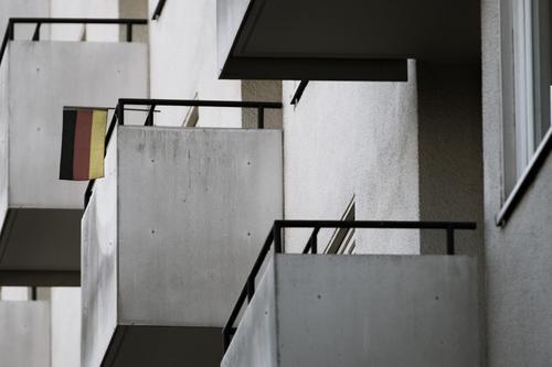 Urbane Tristesse Stadt Haus Einsamkeit dunkel kalt Traurigkeit Berlin Fassade modern Hochhaus trist Armut bedrohlich Bauwerk Zukunftsangst Fahne