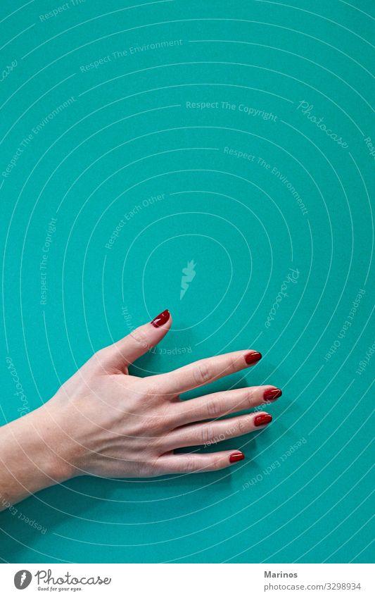 Polnische Flasche in Frauenhand verschüttet. schön Maniküre Behandlung Spa Mensch Erwachsene Hand Finger rot Farbe nageln Pflege Salon Trimmen Beautyfotografie