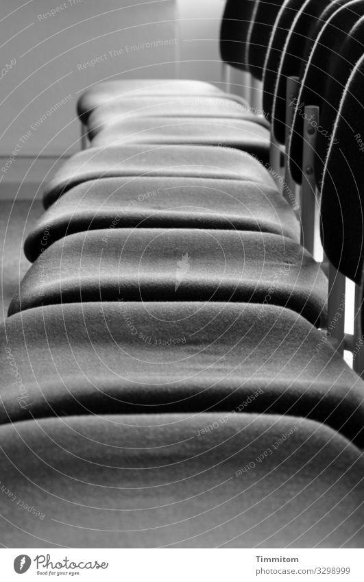 Stuhlgang Metall warten einfach grau schwarz weiß Gefühle Erwartung Saal Bestuhlung Teppich leer Schwarzweißfoto Innenaufnahme Menschenleer Tag Licht Schatten