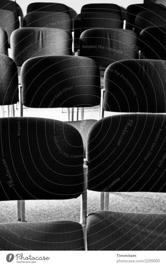 Stuhlreihen warten einfach grau schwarz weiß Gefühle Erwartung Saal Bestuhlung Teppich Veranstaltung Schwarzweißfoto Innenaufnahme Menschenleer Tag Licht