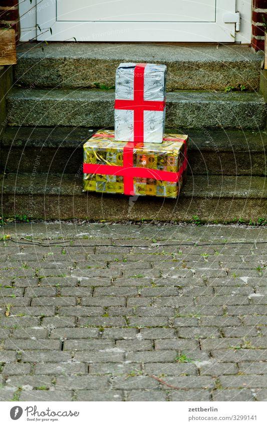 Geschenke Paket Geschenkpapier Geschenkband Almosen Weihnachten & Advent Geburtstag Postamt Menschenleer Textfreiraum Bürgersteig verloren Ablage abgeben stehen