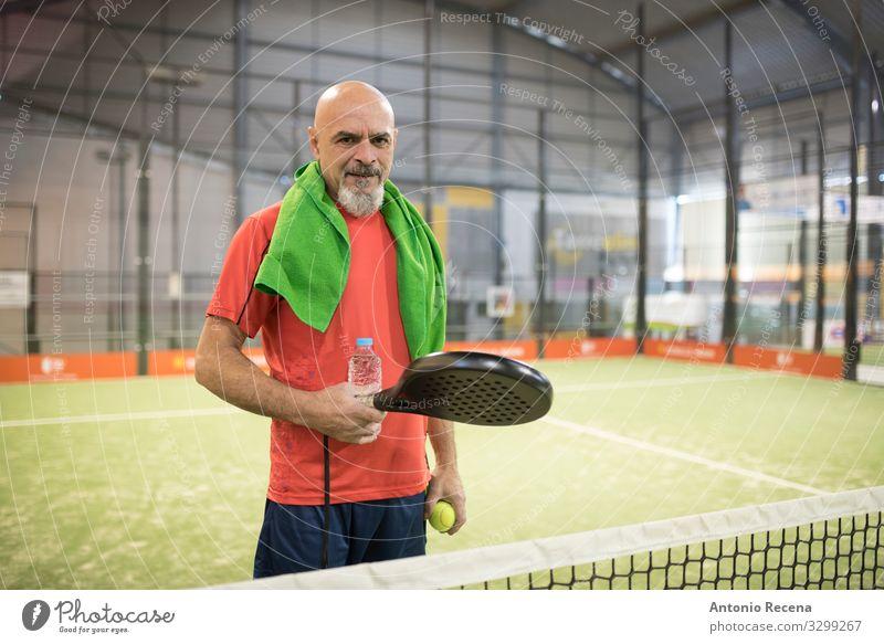 Schläger-Chef trinken Spielen Sport Mensch Mann Erwachsene Glatze Vollbart alt Senior Paddeltennis Training Padel Sportler reif 50s 60s Aktion Arabien Ball