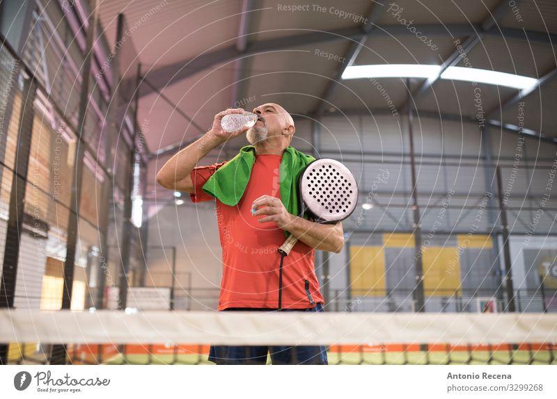Wasserzeit trinken Spielen Sport Mensch Mann Erwachsene Glatze Vollbart alt Senior Paddeltennis Training Padel Sportler reif 50s 60s Aktion Arabien Ball bärtig