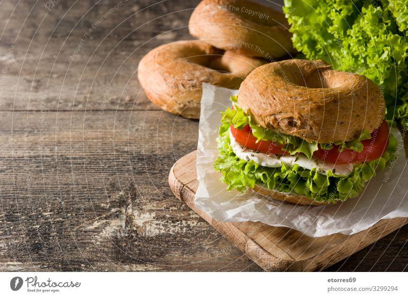 Gemüse-Bagel-Sandwich auf Holztisch Belegtes Brot Lebensmittel Gesunde Ernährung Foodfotografie Mahlzeit Tomate Mozzarella Salat Kopfsalat Käse Snack