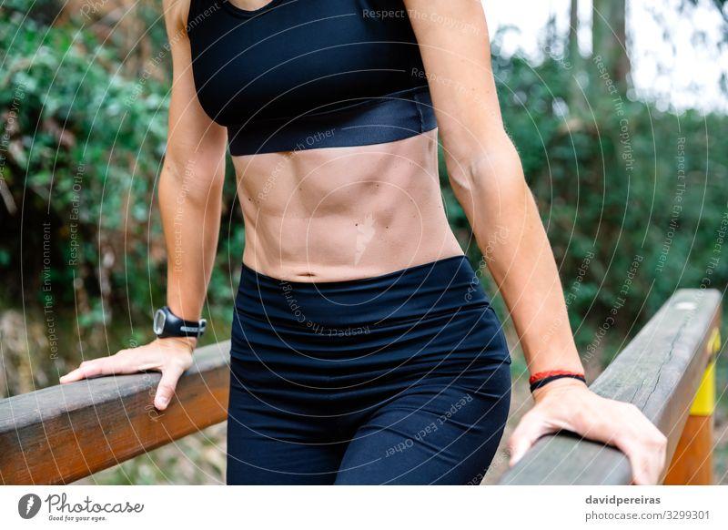 Sportlerin trainiert am Barren Lifestyle Körper Mensch Frau Erwachsene Park Fitness dünn muskulös stark Kraft unkenntlich Athlet Bauchmuskulatur Bauchmuskeln