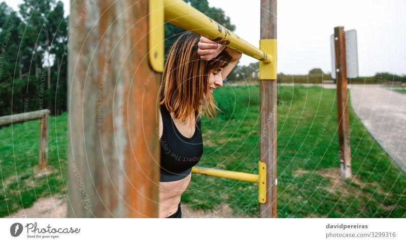 Müde Sportlerin nach dem Training Lifestyle Erholung Mensch Frau Erwachsene Park atmen Fitness sportlich dünn Müdigkeit anstrengen Athlet zufrieden unterstützt
