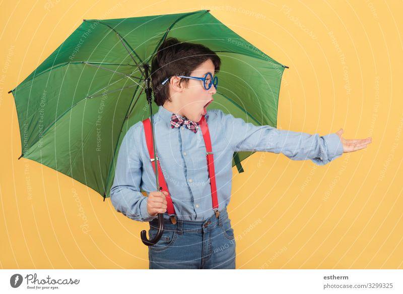 Kind mit grünem Regenschirm Freude Winter Mensch maskulin Kindheit 1 8-13 Jahre Wolken Herbst Klima Wetter Unwetter Blitze Dürre Accessoire festhalten Fitness