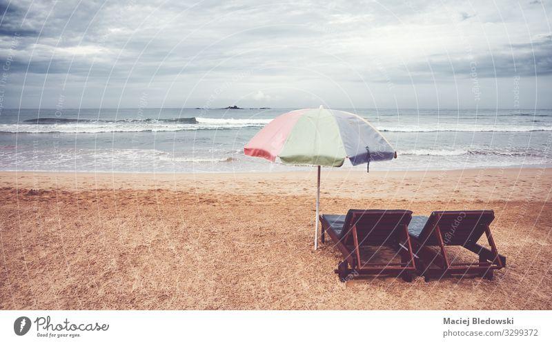 Zwei Sonnenliegen und Sonnenschirm an einem leeren Strand, Sri Lanka. Erholung Ferien & Urlaub & Reisen Freiheit Sommer Sommerurlaub Meer Insel Natur Landschaft
