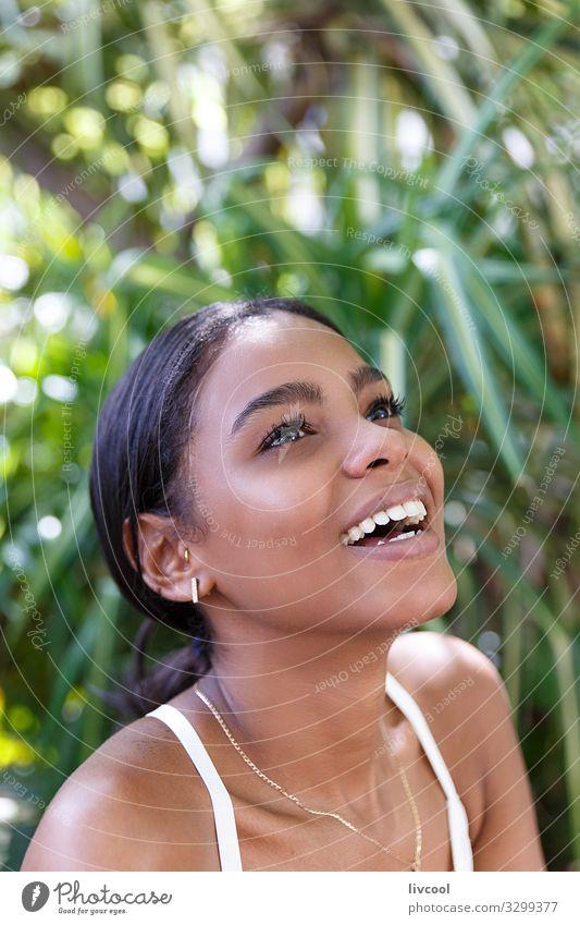 Frau Mensch Natur Jugendliche Junge Frau Pflanze schön grün weiß Blume schwarz 18-30 Jahre Gesicht Auge Lifestyle Erwachsene