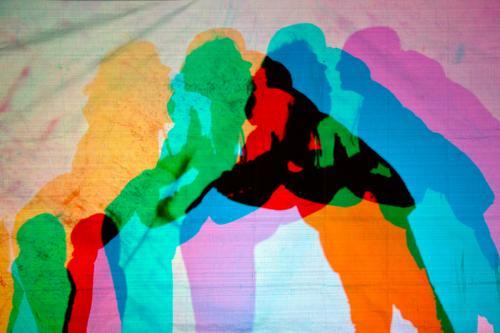 Schattenspiel Freizeit & Hobby Mensch maskulin feminin Kind Kleinkind Familie & Verwandtschaft Körper 3 Graffiti Küssen mehrfarbig Zusammenhalt Außenaufnahme