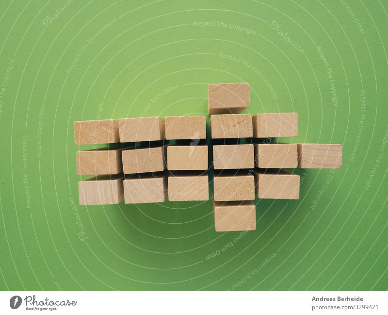 Arrow shape with wooden blocks on green Business Pfeil retro Erfolg Fortschritt Ziel strategy plan success process arrow structure Image simplicity color
