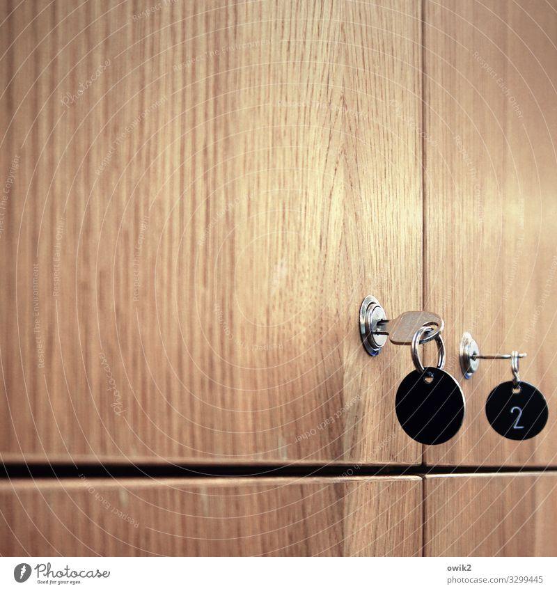 Box Schließfach Schlüssel Schlüsselloch Schlüsselanhänger fixieren geschlossen Tür Holz Metall Kunststoff Ziffern & Zahlen fest glänzend Schutz