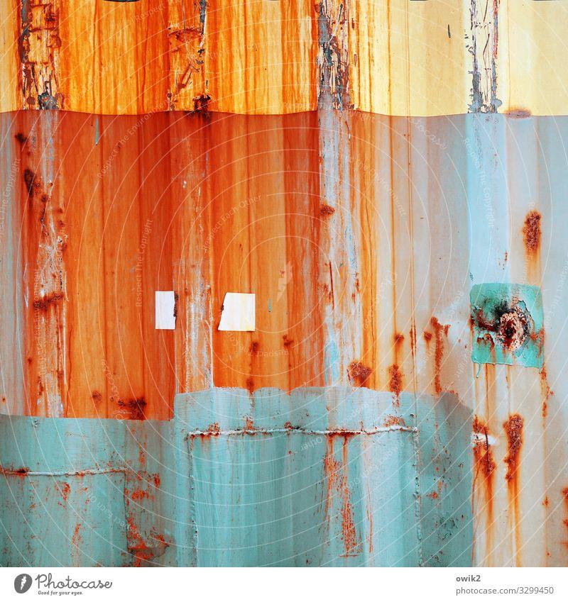 In Arbeit blau gelb Farbstoff orange Metall Vergänglichkeit Wandel & Veränderung Spuren türkis verfallen Rost Zerstörung Container Blech Wellblech Schliere
