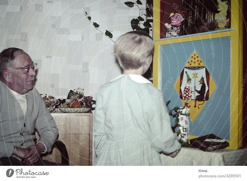 Spiele der Kindheit | Kaschberl Frau Mensch Mädchen Innenarchitektur feminin Feste & Feiern Häusliches Leben Wohnung Raum maskulin Kommunizieren blond stehen