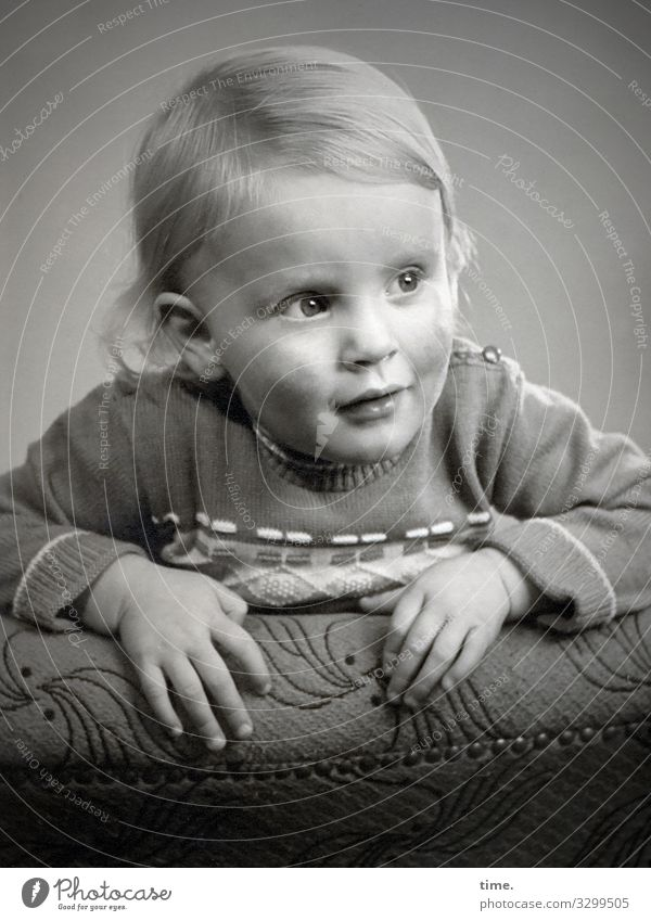 Horizonterweiterung Sessel Kleinkind Pullover blond langhaarig beobachten festhalten Blick Vorfreude Kraft Leidenschaft Wachsamkeit beweglich Ausdauer Neugier