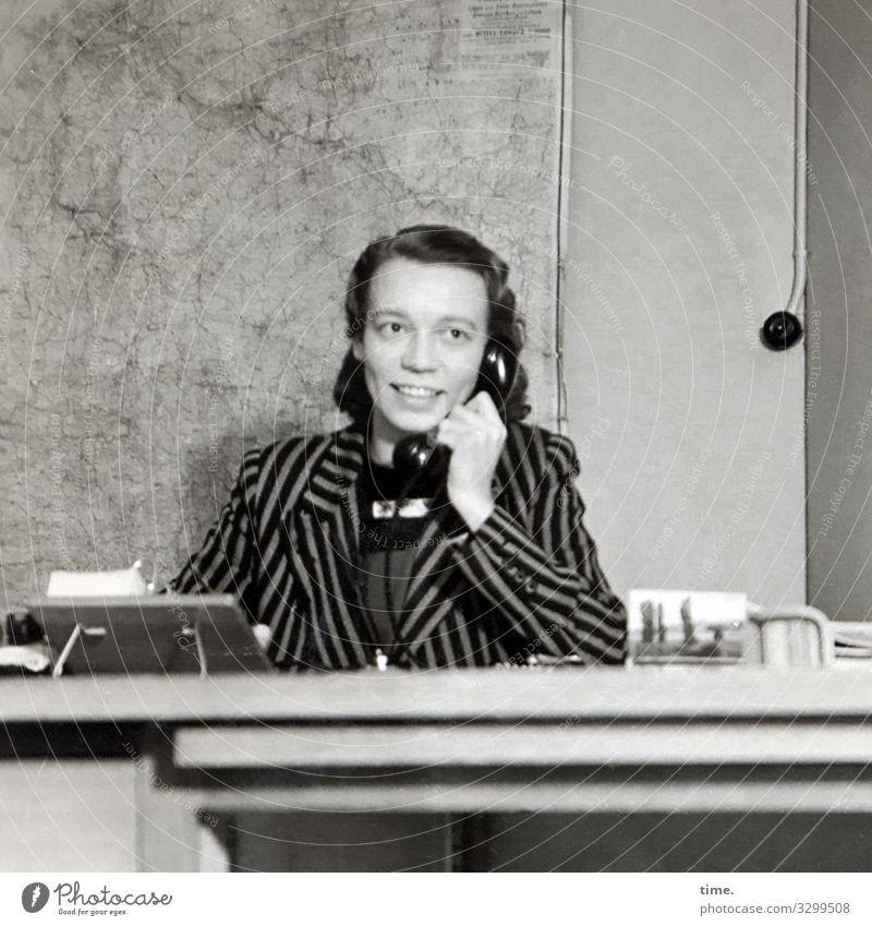 Telefonhörerin Arbeit & Erwerbstätigkeit Beruf Büroarbeit Arbeitsplatz Handel Dienstleistungsgewerbe Telekommunikation Landkarte Telefongespräch feminin Frau