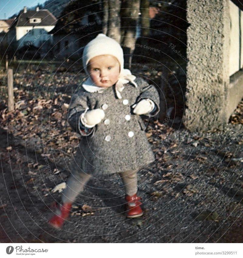 Dancing Queen feminin Mädchen 1 Mensch Schönes Wetter Herbstlaub Haus Mauer Wand Mantel Handschuhe Schuhe Mütze Bewegung tauchen Lebensfreude Begeisterung