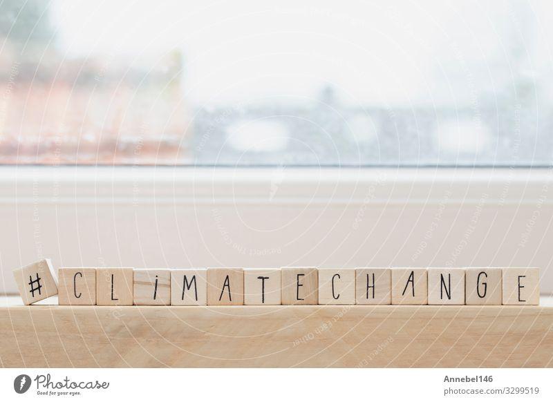 Holzwürfel mit einem Hashtag und dem Wort Klimawandel, Design Business Umwelt Natur Erde Globus heiß blau grün weiß Entwurf Hintergrund Symbole & Metaphern
