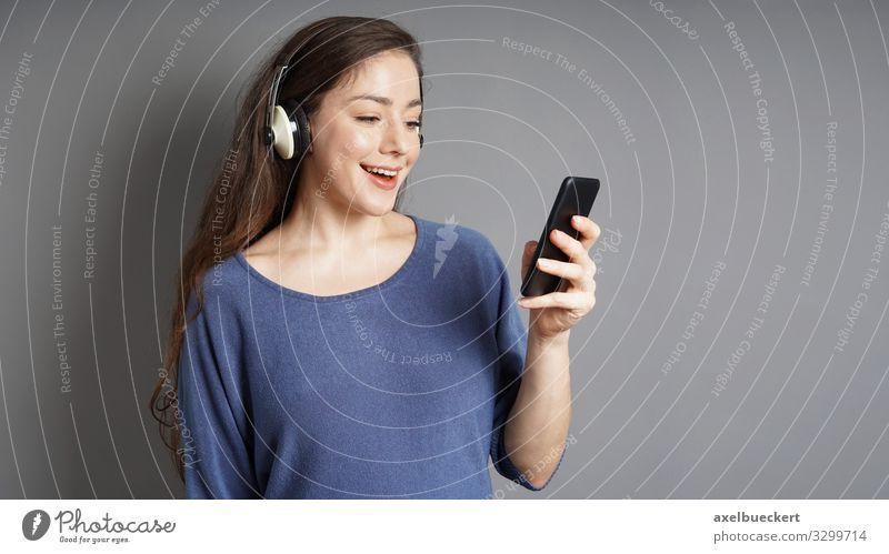 junge Frau streamt Musik vom Smartphone über Kopfhörer Lifestyle Freude Freizeit & Hobby Entertainment Handy MP3-Player PDA Mensch feminin Junge Frau