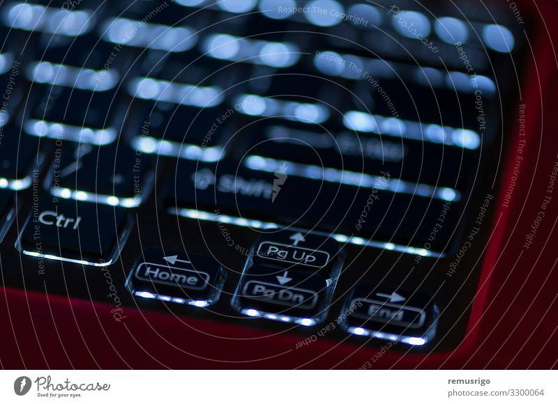 Beleuchtete Tastatur. Fokus auf Pfeiltasten Büro Computer Notebook Technik & Technologie schwarz Alphabet Elektronik glühen Hardware erleuchten zuführen
