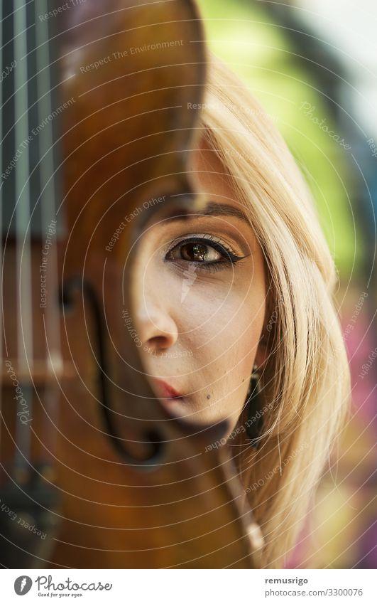 Porträt einer Frau Lifestyle Stil schön Gesicht Spielen Musik Mensch Erwachsene Kunst Konzert Musiker Geige Mode blond Holz Leidenschaft 2016 Rumänien Timisoara