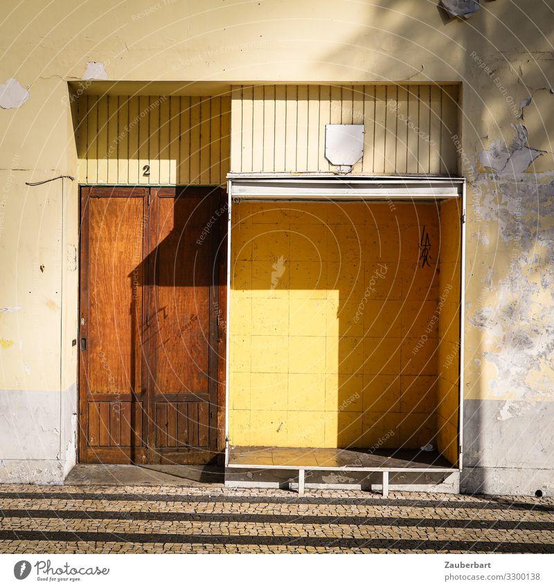 Leeres Ladengeschäft / Strukturen braun - gelb - Schatten Schaufenster Handel Insolvenz Funchal Madeira Menschenleer Stein Holz Glas stehen eckig trist Sorge