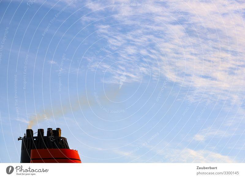 Roter Schornstein vor blauem Himmel Ferien & Urlaub & Reisen Kreuzfahrt Technik & Technologie Wolken Schifffahrt Kreuzfahrtschiff Rauchen bedrohlich maritim rot