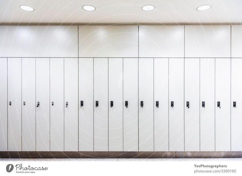 Weiße Schränke in einer Reihe. Schränke aus Metall. Lagerräume. Reichtum Möbel Tür modern weiß Sicherheit Geborgenheit zurück zur Schule Umkleideraum Gang