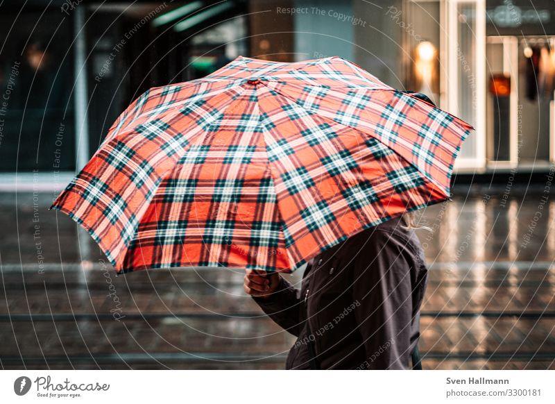Umbrella Mensch feminin Frau Erwachsene Hand 1 18-30 Jahre Jugendliche schlechtes Wetter Regen Stadt Stadtzentrum Jacke Regenschirm gehen rot Farbfoto
