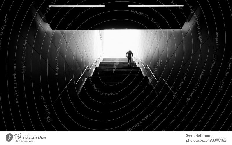 out of the dark Lifestyle Mensch maskulin Mann Erwachsene 1 18-30 Jahre Jugendliche Kleinstadt Stadtzentrum Bahnhof Architektur Mauer Wand Treppe gehen Dark
